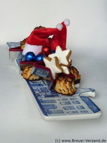 Ausgefallenes Weihnachtsgeschenk: Große Käseplatte weihnachtlich geschmückt.
