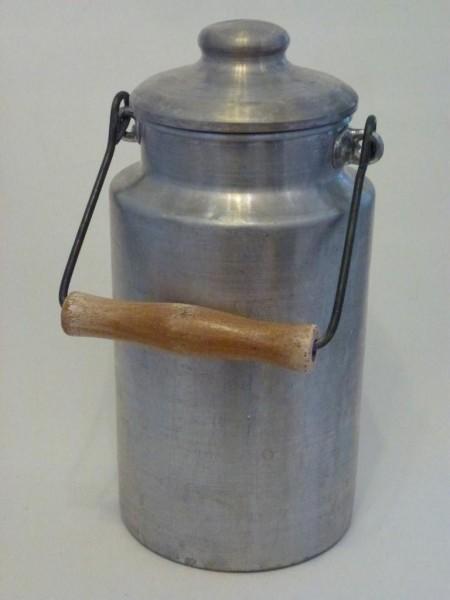 Alte, gebrauchte 2 Liter ALuminium Milchkanne, inklusive Holzgriff und Deckel